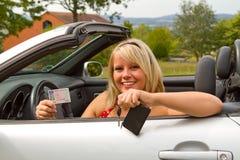 Jonge vrouw gelukkig over haar nieuwe bestuurdersvergunning Royalty-vrije Stock Foto