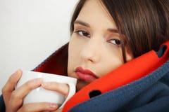 Jonge vrouw gevangen koude. Royalty-vrije Stock Foto