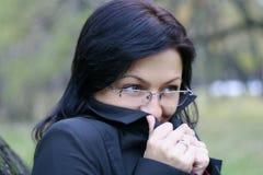 Jonge vrouw in glazen stock foto