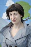 Jonge vrouw in grijs jasje stock foto's