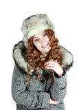 Jonge vrouw in grijze laag en bonthoed stock fotografie