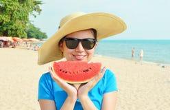 Jonge vrouw in grote hoed met watermeloen Stock Fotografie