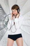 Jonge vrouw in grote hoofdtelefoons stock afbeelding