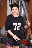 Jonge vrouw in gymnastiek Royalty-vrije Stock Foto