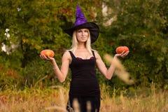 Jonge vrouw in Halloween-kostuum het praktizeren yoga Stock Afbeelding
