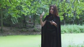 Jonge vrouw in heksenkostuum stock video