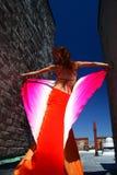 Jonge vrouw in heldere kleding op een stadsdak Royalty-vrije Stock Foto's