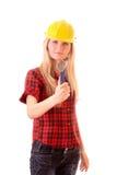 Jonge vrouw in helm met regelbare moersleutel Stock Afbeeldingen
