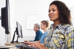 Jonge Vrouw het Aanwezig zijn Computerklasse stock fotografie