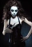 Jonge vrouw in het beeld van kwade gotische buitenissige clown met schaar Het effect van de Grungetextuur Royalty-vrije Stock Foto
