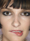Jonge Vrouw het Bijten Lip Royalty-vrije Stock Fotografie