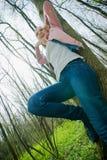 Jonge vrouw in het bos Royalty-vrije Stock Foto's