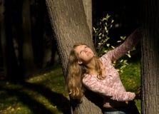 Jonge vrouw in het bos Royalty-vrije Stock Afbeelding
