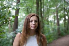 Jonge vrouw in het bos Royalty-vrije Stock Afbeeldingen