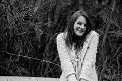 Jonge vrouw in het bos tijdens de winter het glimlachen Stock Foto