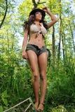 Jonge vrouw in het bos, zoals Indiana Jane Royalty-vrije Stock Afbeelding