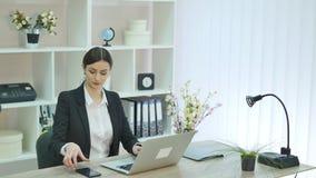 Jonge vrouw in het bureau stock video