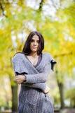 Jonge vrouw in het de herfstbos Royalty-vrije Stock Foto's