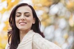 Jonge vrouw in het de herfstbos Royalty-vrije Stock Foto