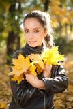 Jonge vrouw in het de herfstpark royalty-vrije stock afbeelding