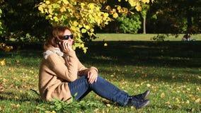 Jonge vrouw in het de herfstpark stock video