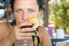 Jonge vrouw het drinken cocktail Royalty-vrije Stock Afbeeldingen