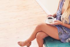 Jonge vrouw het drinken koffie Stock Foto