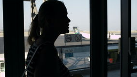Jonge vrouw het drinken koffie bij de luchthaven stock videobeelden