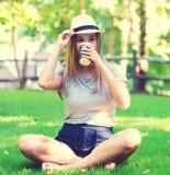 Jonge vrouw het drinken koffie buiten stock afbeeldingen