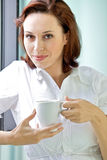 Jonge vrouw het drinken koffie in de ochtend stock foto