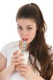 Jonge vrouw het drinken melk Stock Afbeelding