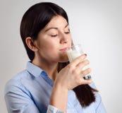 Jonge vrouw het drinken melk Stock Foto's