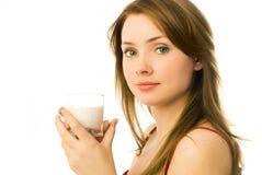 Jonge vrouw het drinken melk stock afbeeldingen