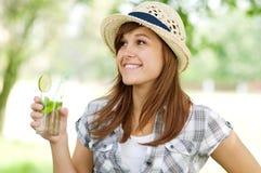 Jonge vrouw het drinken mojito Stock Fotografie