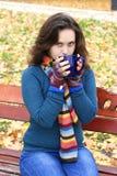 Jonge vrouw het drinken thee Stock Afbeeldingen