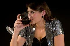Jonge vrouw het drinken wijn Royalty-vrije Stock Afbeeldingen