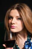 Jonge vrouw het drinken wijn royalty-vrije stock afbeelding