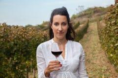 Jonge vrouw het drinken wijn Stock Afbeeldingen