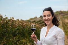 Jonge vrouw het drinken wijn Stock Fotografie