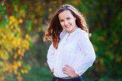 Jonge Vrouw 15 Het glimlachen het mooie meisje stellen in kleurrijk de herfstpark Stock Afbeelding