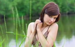 Jonge vrouw in het gras royalty-vrije stock afbeeldingen