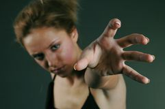 Jonge vrouw het grijpen lucht Stock Afbeelding
