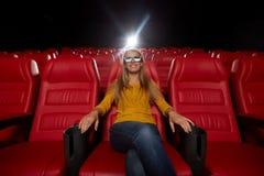 Jonge vrouw het letten op film in 3d theater Stock Foto