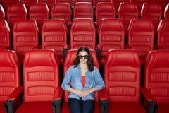 Jonge vrouw het letten op film in 3d theater Royalty-vrije Stock Foto's