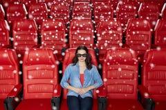 Jonge vrouw het letten op film in 3d theater Stock Fotografie