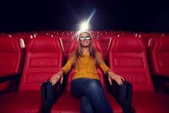 Jonge vrouw het letten op film in 3d theater Stock Afbeelding