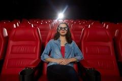 Jonge vrouw het letten op film in 3d theater Royalty-vrije Stock Afbeeldingen