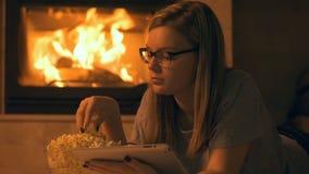 Jonge vrouw het letten op film met popcorn stock videobeelden