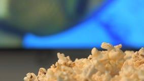 Jonge vrouw het letten op film met popcorn stock footage