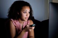 Jonge vrouw het letten op televisie royalty-vrije stock afbeelding